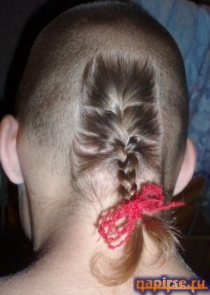 Старинная прическа взбитый хохол волос на голове 5 букв