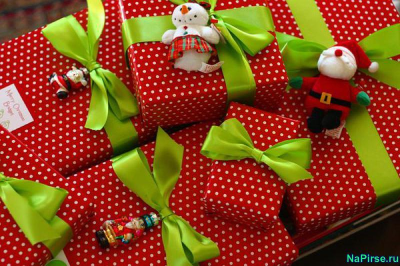 Как упаковать подарок своими руками на новый год фото
